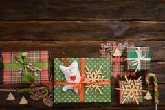 Cajas del regalo de Navidad adornadas con el documento colorido sobre de madera Fotografía de archivo
