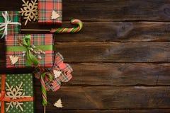 Cajas del regalo de Navidad adornadas con el documento colorido sobre de madera Fotografía de archivo libre de regalías