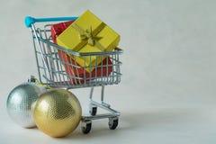 Cajas del regalo de Navidad en carro de la compra y decoratio miniatura Fotos de archivo libres de regalías