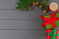 Cajas en el papel coloreado para Navidad, Año Nuevo en fondo de madera gris Fotos de archivo libres de regalías
