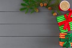 Cajas en el papel rayado para Navidad, Año Nuevo en fondo de madera gris Foto de archivo