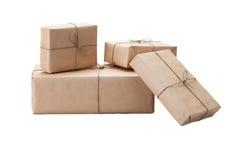 Cajas envueltas con el papel de Kraft marrón aislado en el backgroun blanco Imagen de archivo
