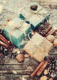 Cajas festivas adornadas con el cordón de lino, decoración natural Nieve dibujada Fotografía de archivo