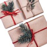 Cajas festivas como regalo de Navidad con el arco de la cinta y el árbol de abeto Fotografía de archivo libre de regalías