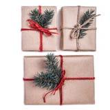 Cajas festivas como regalo de Navidad con el arco de la cinta y el árbol de abeto Imagen de archivo
