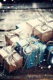 Cajas festivas con el cordón de lino Nieve exhausta Foto de archivo