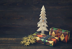 Cajas festivas en papel colorido con un árbol decorativo de madera del Año Nuevo Imagen de archivo