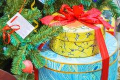 Cajas hermosas con los regalos imágenes de archivo libres de regalías