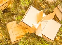Cajas hermosas con los regalos imagen de archivo