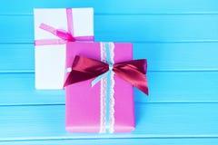 Cajas llenas, regalos en un fondo azul claro de madera Foco selectivo, imagen entonada, efecto de la película Fotografía de archivo
