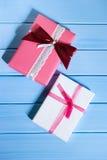 Cajas llenas, regalos en un fondo azul claro de madera Foco selectivo, visión superior, imagen entonada, efecto de la película Fotografía de archivo libre de regalías