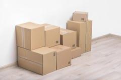 Cajas móviles en el piso Imagen de archivo libre de regalías