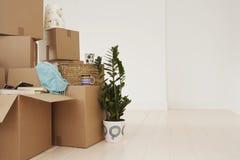 Cajas móviles en nueva casa Fotografía de archivo libre de regalías