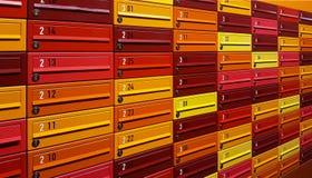Cajas multicoloras del correo llenadas de números Cerrado para arriba imagenes de archivo