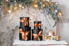 Cajas negras envueltas del regalo con las cintas como regalos de Navidad en una tabla Imágenes de archivo libres de regalías