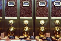 cajas para almacenar los granos de café Imagenes de archivo