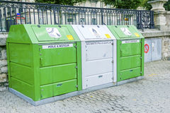 Cajas para el aceite de motor inútil en la costa Ginebra Imagenes de archivo