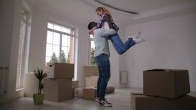 Cajas que llevan de los pares felices en nueva casa almacen de metraje de vídeo