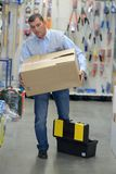 Cajas que llevan del portero en almacén Fotos de archivo libres de regalías