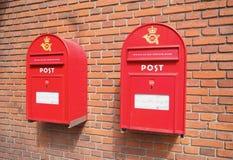 Cajas rojas del correo en la pared de ladrillo Fotos de archivo libres de regalías