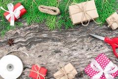 Cajas rojas y marrones del presente de la Navidad y del Año Nuevo de regalo con whi Fotos de archivo