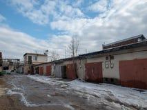 Cajas rusas y soviéticas típicas del garaje en el invierno imágenes de archivo libres de regalías