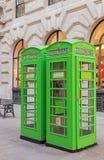 Cajas verdes del teléfono en la ciudad de Londres Fotos de archivo libres de regalías