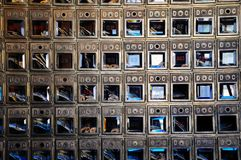 Cajas viejas del correo en un edificio en Dawson City, el Yukón, Canadá Imágenes de archivo libres de regalías