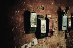 Cajas viejas que cuelgan en la pared Fotografía de archivo libre de regalías