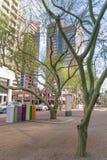 Cajas y árboles coloridos de los posts en Phoenix céntrica Arizona foto de archivo