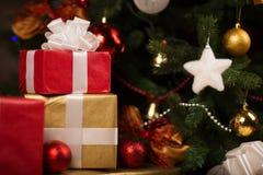 Cajas y bolas de regalo debajo del árbol de navidad Fotos de archivo libres de regalías