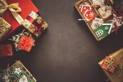 Cajas y caja del regalo de Navidad con los juguetes de madera en fondo marrón Fotos de archivo libres de regalías