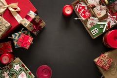 Cajas y caja del regalo de Navidad con los juguetes de madera en fondo marrón Imágenes de archivo libres de regalías