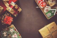 Cajas y caja del regalo de Navidad con los juguetes de madera en fondo marrón Foto de archivo libre de regalías