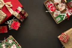 Cajas y caja del regalo de Navidad con los juguetes de madera en fondo marrón Fotos de archivo