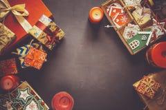 Cajas y caja del regalo de Navidad con los juguetes de madera en fondo marrón Fotografía de archivo libre de regalías