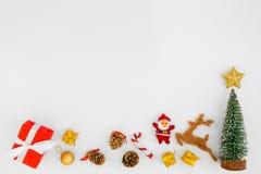 Cajas y decoraciones de regalo de la Navidad en el fondo blanco Imagen de archivo libre de regalías