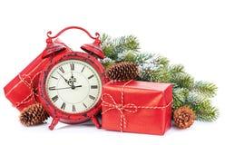 Cajas y reloj de regalo de la Navidad Foto de archivo libre de regalías