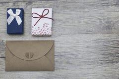 Cajas y sobre de regalo del vintage en documento del eco sobre el fondo de madera Día del `s de la tarjeta del día de San Valentí Imagenes de archivo