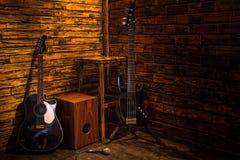 Cajon, bas- och akustisk gitarr på träetapp Royaltyfri Fotografi