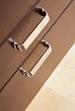 Cajones de la madera dura de Brown con la maneta del metal Fotos de archivo libres de regalías
