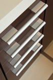 Cajones de la madera dura de Brown con la maneta del metal Imágenes de archivo libres de regalías