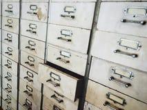 Cajones de madera abandonados viejos, foco en el cajón vacío de la abertura imagen de archivo