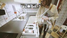 Cajones dentro de compras de la mujer de los accesorios de la tienda de IKEA almacen de metraje de vídeo