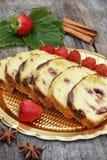 Cake à la banane appétissant avec des fraises Images libres de droits