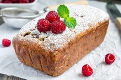 Cake à la banane avec des framboises, cerises et chocolat blanc, horizontaux photographie stock