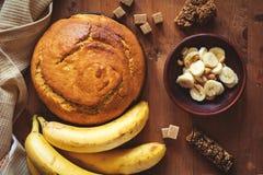 Cake à la banane avec les arachides et le chocolat photographie stock