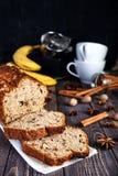 Cake à la banane fait maison avec des noix Photo stock