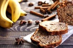 Cake à la banane fait maison avec des noix Image libre de droits