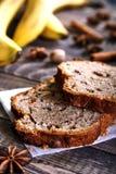 Cake à la banane fait maison avec des noix Photos libres de droits